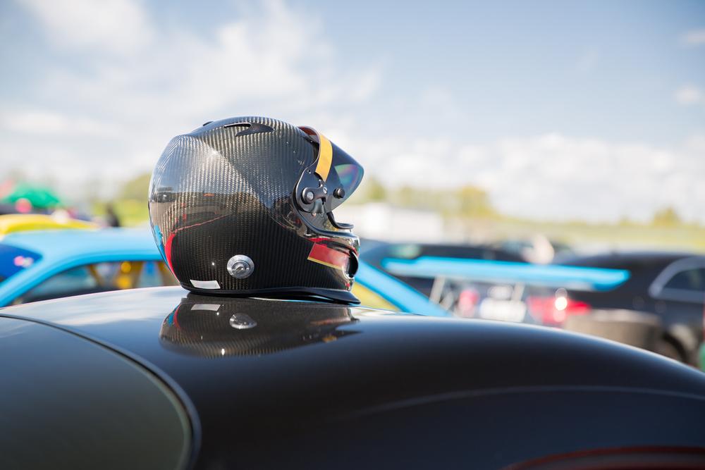 casco coche circuito